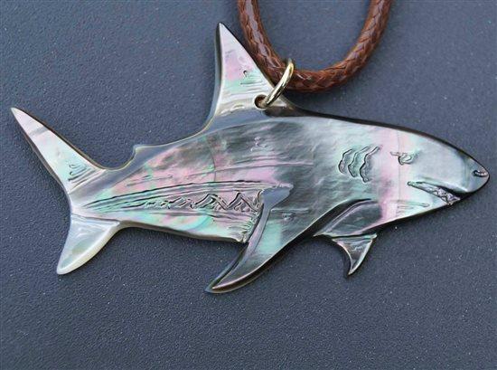 small_pendentif-nacre-prokop-requin-1